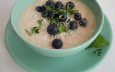 Havermoutpap van rijstemelk met blauwe bessen en verse munt